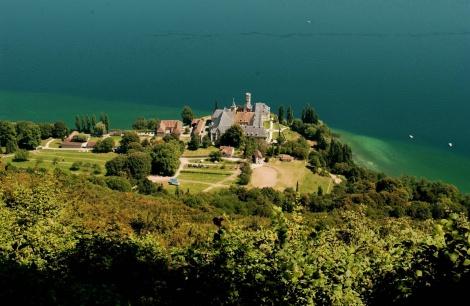 L'abbaye de Hautecombe au bord du lac du Bourget © Savoie Mont Blanc / Zvardon